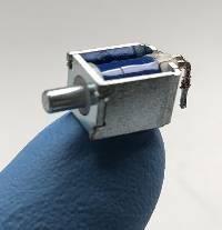 Electroaimant linéaire monostable miniature